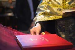 Livre de houx dans l'église Image stock