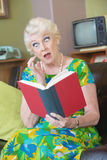 Livre de lecture étonné de femme Photo libre de droits
