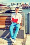 Livre de lecture américain d'homme dehors à New York Photo libre de droits