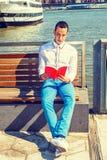 Livre de lecture américain d'homme dehors à New York Images stock