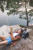 livre de lecture attrayant de jeune femme sur la nature photos stock