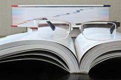 Livre de lecture avec des verres Photos libres de droits