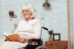 Livre de lecture avec plaisir de femme handicapée Photo libre de droits