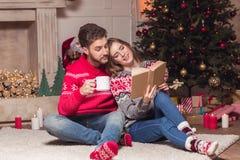 Livre de lecture de couples au christmastime Photo libre de droits