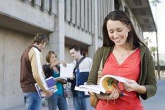 Livre de lecture d'étudiante au campus Image libre de droits
