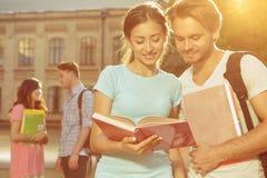 Livre de lecture d'étudiants Image libre de droits