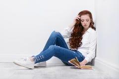 Livre de lecture d'adolescent photos libres de droits