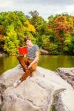 Livre de lecture d'homme au Central Park, New York Photos libres de droits