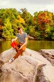 Livre de lecture d'homme au Central Park, New York Images stock