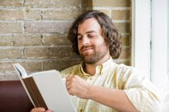 Livre de lecture d'homme dans Coffeeshop Image libre de droits