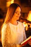 Livre de lecture de femme à la cheminée La maison d'hiver détendent Photos libres de droits