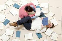Livre de lecture de femme et d'homme Image libre de droits