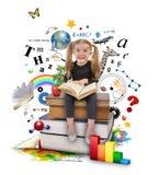Livre de lecture de fille d'école sur le blanc Photographie stock libre de droits