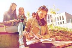 Livre de lecture de fille d'étudiant de lycée dehors Photo stock