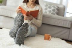 Livre de lecture de jeune femme dans la maison Image libre de droits