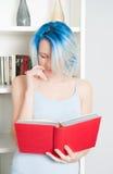 Livre de lecture de l'adolescence assez femelle de jeunes à la maison Image libre de droits