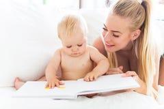 Livre de lecture de mère avec le bébé Photo stock
