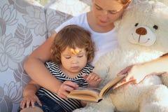 Livre de lecture de mère et d'enfant ensemble images libres de droits