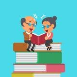 Livre de lecture de vieil homme et de dame âgée de bande dessinée Photo libre de droits