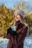 Livre de lecture de fille dehors en hiver images stock