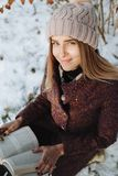 Livre de lecture de fille dehors en hiver image stock