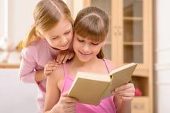 Livre de lecture gai de soeurs Photos libres de droits