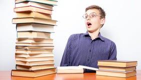 Livre de lecture de garçon, concept d'éducation et école, personne photos stock