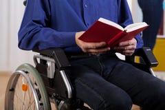 Livre de lecture handicapé d'homme Photographie stock libre de droits