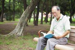 Livre de lecture heureux d'homme supérieur Photos libres de droits