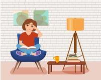 Livre de lecture de jeune femme se reposant sur le sofa Illustration colorée de vecteur de bande dessinée image libre de droits