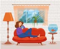 Livre de lecture de jeune femme se reposant sur le sofa Illustration colorée de vecteur de bande dessinée images libres de droits