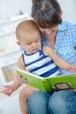Livre de lecture de mère et de bébé ensemble Images libres de droits