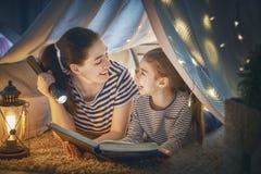 Livre de lecture de maman et d'enfant photos stock