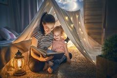 Livre de lecture de maman et d'enfant Photographie stock libre de droits