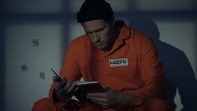 Livre de lecture masculin emprisonné en cellule de prison, passe-temps disponible, auto-éducation banque de vidéos