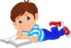 Livre de lecture mignon de petit garçon Image libre de droits