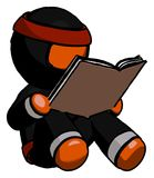 Livre de lecture orange de Ninja Warrior Man tout en s'asseyant Photo libre de droits