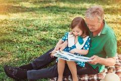 Livre de lecture première génération avec la fille Photographie stock libre de droits