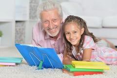 Livre de lecture première génération avec sa petite petite-fille Photo libre de droits