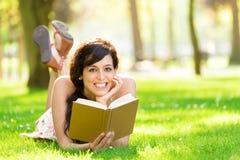 Livre de lecture romantique de femme en été Image stock