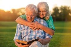 Livre de lecture supérieur de couples Images libres de droits