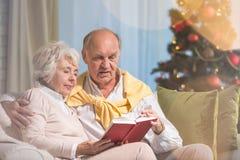 Livre de lecture supérieur de couples Photographie stock libre de droits