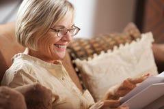 Livre de lecture supérieur de femme Photographie stock libre de droits