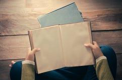 Livre de lecture sur le plancher en bois avec le livre - modifiez la tonalité le vintage images libres de droits