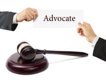 Livre de loi et marteau en bois de juges sur la table dans une salle d'audience ou un bureau de police Avocat Hands tenant la car Images stock