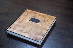 Livre de mariage avec une couverture en bois Photographie stock