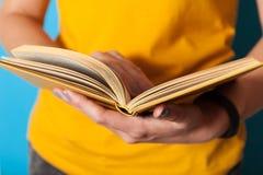 Livre de merveille et de curiosité, lu et apprenant le concept photo stock