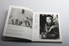 Livre de photographie par Nick Yapp, fille hongroise avec l'arme à feu contre les envahisseurs soviétiques image libre de droits