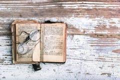 Livre de prière chrétien antique avec de vieux lunettes, vieille langue slave dans le livre photo libre de droits