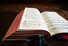 Livre de psaume de vintage avec des notes de chant de choeur photos stock